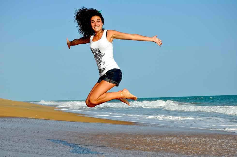 Springende Frau glücklich